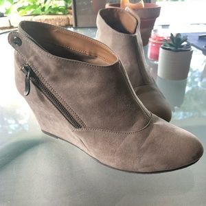 VALERIE•CLbyCHINESE LAUNDRY•WEDGE ANKLE BOOTS•